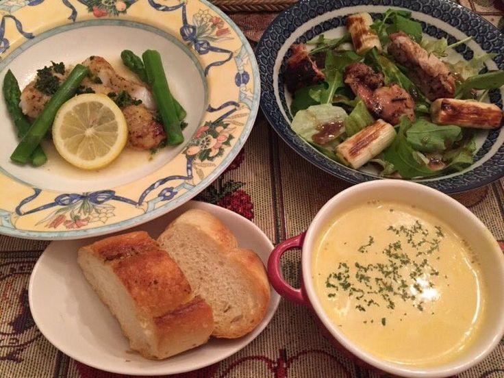 ランチメニュー完成‼️ 白身魚のムニエルとグリルチキンサラダ、コーンポタージュスープを作りました〜🍴(パン屋さんのバケットを添えて🥐) 今から、女子会開始〜🥂
