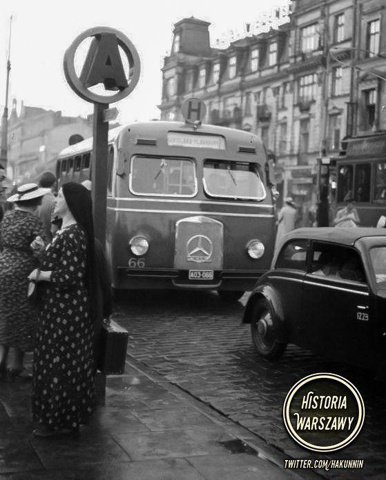"""Historia Warszawy na Twitterze: """"Autobus linii """"H"""" marki Mercedes na ul. Marszałkowskiej podjeżdżający na przystanek. W tle widoczny Hotel Wiedeński. Rok 1938 https://t.co/H7ZkYFNNz3"""""""