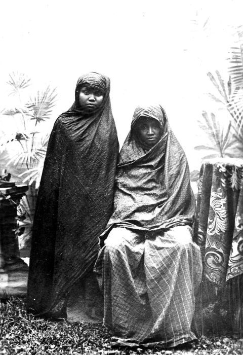 COLLECTIE TROPENMUSEUM Wife and sister of Panglima Polem (full name Teuku Panglima Polem Sri Muda Perkasa Muhammad Daud) was a commander in Aceh.