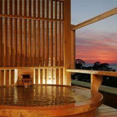 静岡県土肥温泉の宿土肥ふじやホテルの一番の魅力は貸切露天風呂 良質な温泉に浸かりながら駿河湾に沈みゆく夕日を眺めるひと時は何とも贅沢なバスタイム 夕食には地元産のミルクガニ付きのプランを選択しましたが新鮮で美味しかったですよ()/ スタッフの方の接客も親切丁寧で居心地のいい旅館でした tags[静岡県]