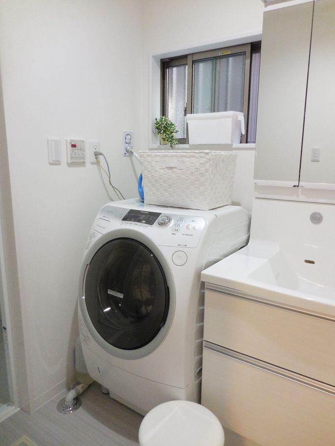 入居後の洗面所(∀`*)ゞとニトリのランドリーバッグ|わたしのいる場所 洗濯機のうえの白いフタ付きカゴはニトリのもの。 一日一回は必ず洗濯するので夕方洗濯物を取り込んで翌日取り変える分のフェイスタオルと予備をこの中に入れてます。