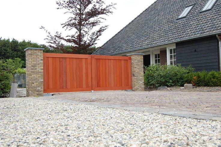 Preza maatwerk poort uit padoek met passende stenen pilaren : )