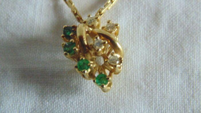 Ketting met hanger 18 kt goud 750 keurmerk met 4 smaragden en 4 diamanten 0.4 ct - lengte: 42 cm  Prachtige halsketting met hanger in bloem-vormige in 18 kt goud 750 keurmerk met 4 smaragden en 4 diamantenDe hanger is gelast aan de ketting met 4 smaragden 0.10 ct per stuk en 4 kleurloze briljant geslepen diamanten 0.10 ct per stuk VS1Totaal gewicht: 74 gStijve gouden banden met holle gesp en dubbele veiligheid haak.Verzending bijgehouden op www.poste.it  EUR 1.00  Meer informatie