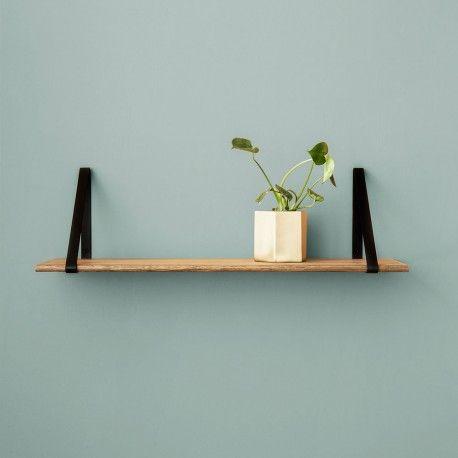 Etagère murale design métal et chêne design @fermliving chez Pure Deco - Etagère en bois à suspendre. #decoscandinave #etageremuraledesign #homedecor #interiors