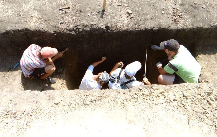 Ziua 10: Bianca Preda cu echipa formată din Irinel, Edi şi Gabi curăţă profilul gropii 1 din primul şanţ care a ajuns la o adâncime de 2 m.