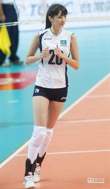 Sabina Altynbekova lagi pemanasan menjelang pertandingan voli