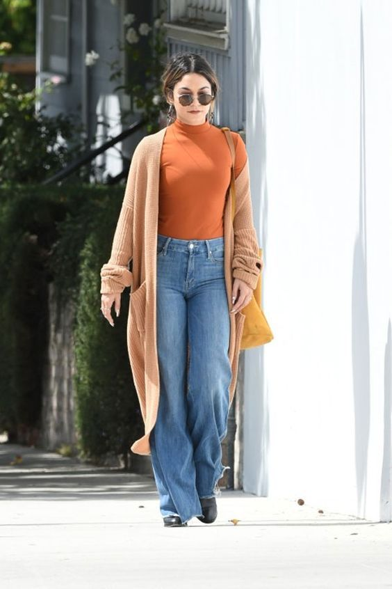 71aed7cc9 10 maneiras de estilizar o maxi cardigan - #GuitaModa. Blusa de gola alta,  calça jeans flare, casaco camelo