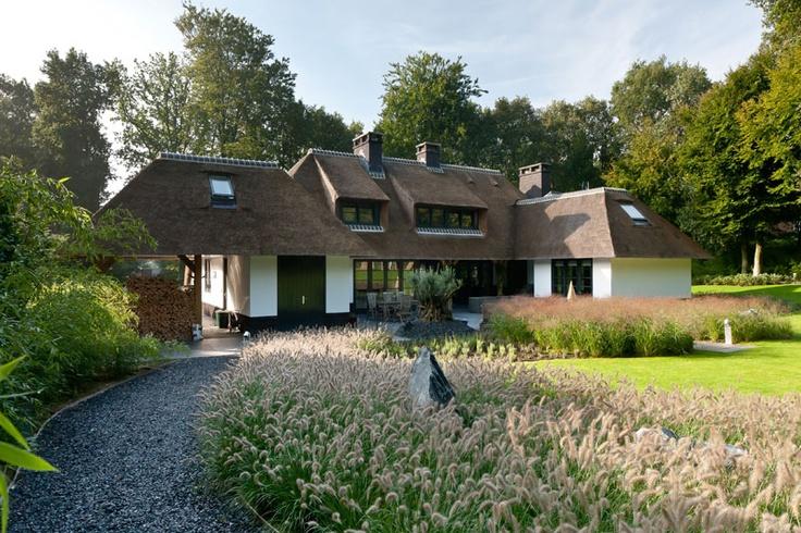Grindpad in de achtertuin van een enorm grote villa