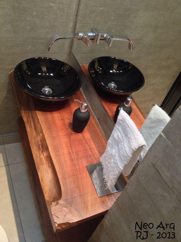lavabo com bancada em madeira de demolição e cuba de apoio preta em estrutura de concreto. Projeto escritório Neo Arq Projetos Exclusivos