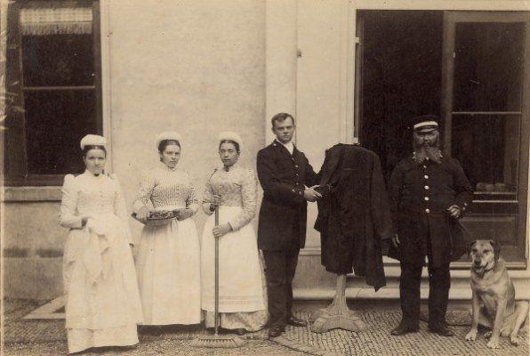 De familie Aberson, woonachtig in de witte villa 't Groot Clooster bij Hageveld tijdens eenetentje in de tuin, met staande twee dienstmeisjes, 1910. Rechts de heer Gerhard Nicolas Aberson (…