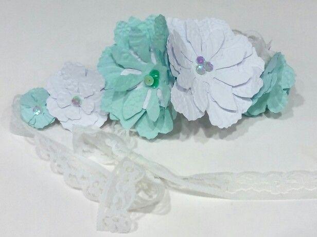 """Tocado-tiara. Flores de cartulina grabada y troquelada. Colección """"Ibiza"""" por encargo se puede elegir color."""