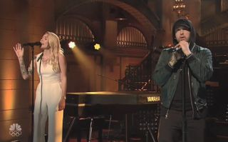 "Who Sang On SNL With Eminem? - Twitter Reacts  Skylar Grey sang on SNLwith Eminem. Her performance was amazing reminding us that she's one of the most underrated singers on the planet. Eminem and Skylar performed ""Stan"" ""Walk On Water"" and ""Love The Way You Lie."" Eminem was seen in all black his new favorite color while Grey sang at a piano wearing a white outfit.  It's great to see Eminem performing again. We thought his new album Revivalwould drop on November 17 but that didn't happen…"