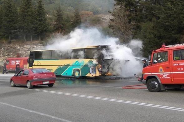 Φωτιά σε λεωφορείο της σχολής Ευελπίδων με 45 στρατιωτικούς