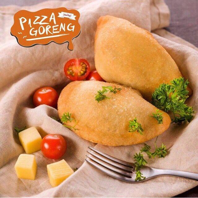 Nope, ini bukan pastel. Ini cara baru makan pizza dari @pizzagorengjkt. Lokasi: Jakarta