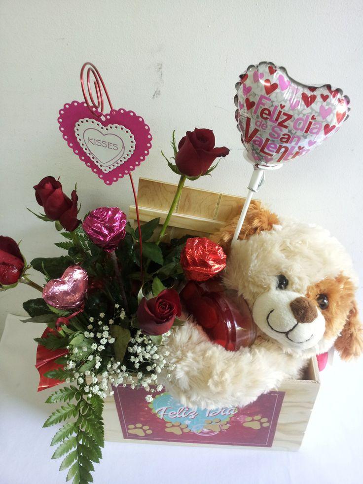 Rosas naturales, rosas de chocolate, corazones con arroz tostado, peluche, globo y joyero acrílico de corazón con gomitas.
