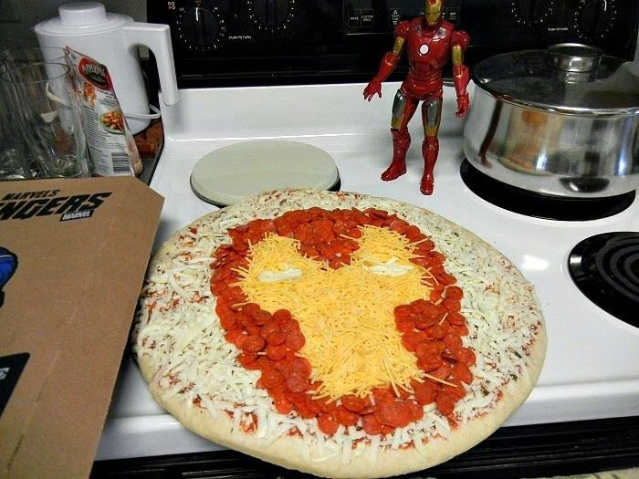 "Abril: Tres Puntos de Vista ""Un Evento Literario"". Para comer, podéis hacer entre todos pizzas como esta con la cara de Iron Man. (Eventos Happy Ever After)"