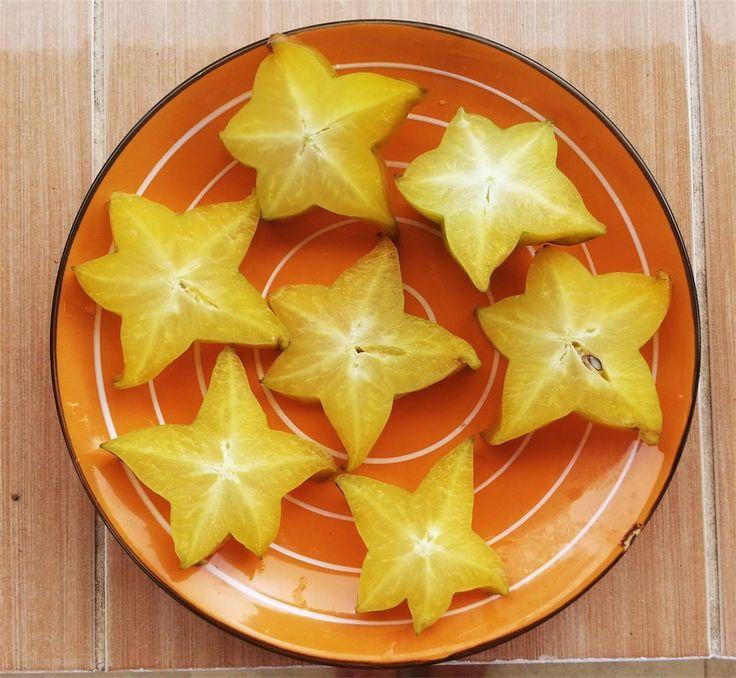 Это - старфрут или карамбола. На Самуи его можно найти или на рынках или в супермаркетах - точно бывает в Tops Market и на Bophut Market время от времени попадается.  Вкус этой диковинки на любителя нежный и тропический и чтобы его ощутить нужно покупать ярко-желтый плод зеленые напоминают яблоки прошлого сезона в апреле - вроде жуешь что-то а что - непонятно =) Вы пробовали? Понравилось?  #карамбола #старфрут #фрукты #фруктысамуи #aboutsamui #thailand #samui #эбаутсамуи #самуи #таиланд