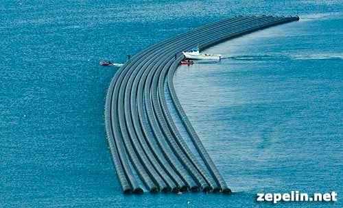 Fotografia aerea tomada en el puerto de Escombreras, en Murcia, durante el traslado de unos tubos para desaladora.