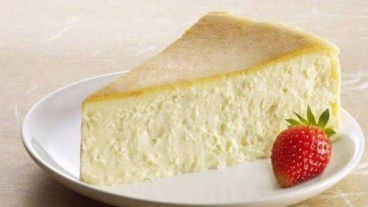 Ingrediente: 6 oua 250 g crema de banza 250 g ciocolata alba Mod de preparare: Preincalzeste cuptorul la 180 grade Celsius si tapeteaza o tava de tort, cu hartie de