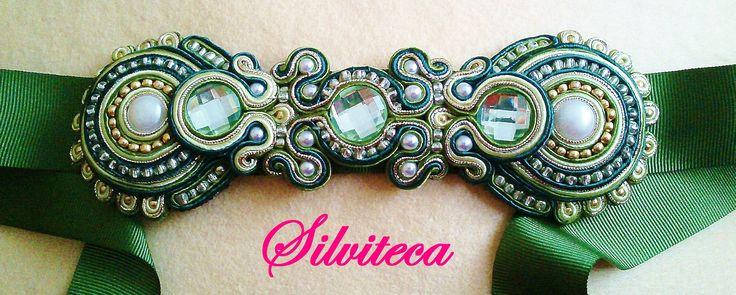 Cinturón Soutache en verde y oro sobre cinta de raso grosgrain en verde.
