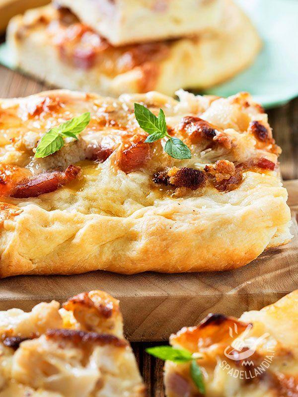 Questa Focaccia con pancetta, fontina e cipolla è una pietanza versatile: potete servirla come spuntino o antipasto finger food servita a tocchetti!
