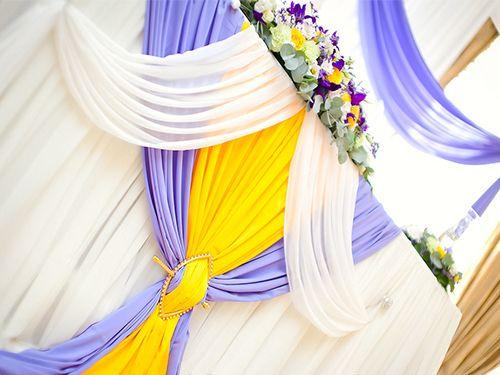 стол молодоженов украсить на свадьбу драпировки свадебные
