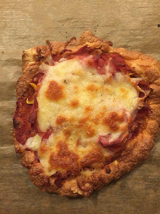 Low Carb Pizza aus einem Ei-Quark-Teig 2