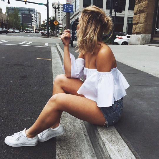 Camisa con volantes, shorts y comverse blancas, outfit verano