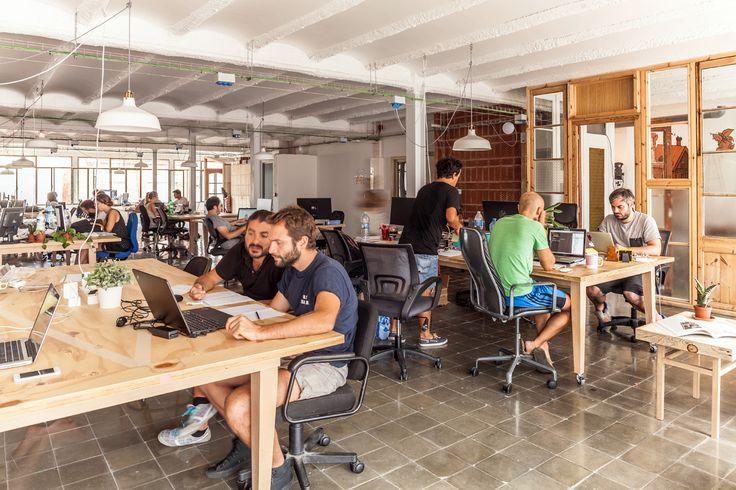Berkantor di warung kopi atau cafe bagi pebisnis start-up pasti ada kelebihan dan kekurangannya. Bagaimana dengan berkantor di coworking space? #startup #coworkingspace