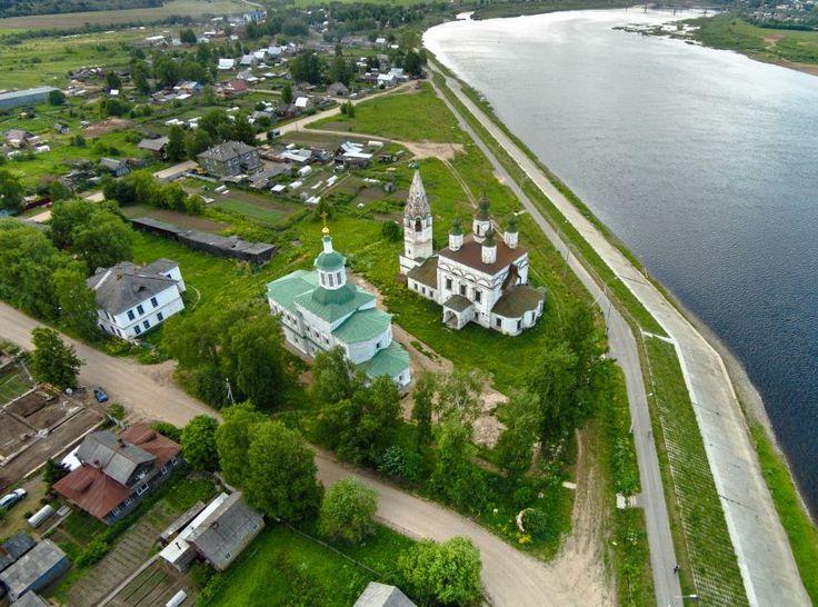 Vue aérienne de l'Ensemble des églises Saint-Démétrius à droite et Saint-Serge de Radonège à gauche - Veliki Oustouig - Quartier de Dymkovo.