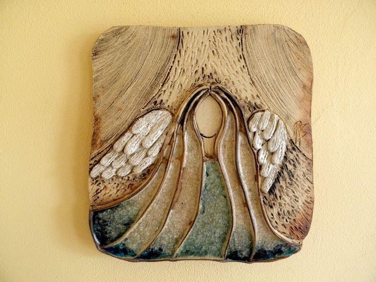 Andělské antré .... Kachel ze šamotové hlíny, zdobený oxidy kovů a tavným sklem. Vel. cca 32x31 cm.