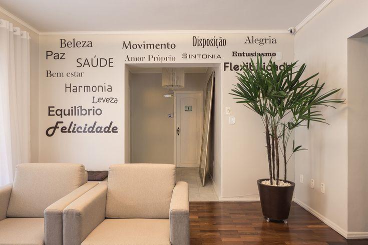 Parede com adesivos Recepção Clinica de Medicina Estética - Projeto Ambientta Arquitetura - Arqs. Fernanda Fleck e Larissa Bassi - Porto Alegre www.ambientta.com.br