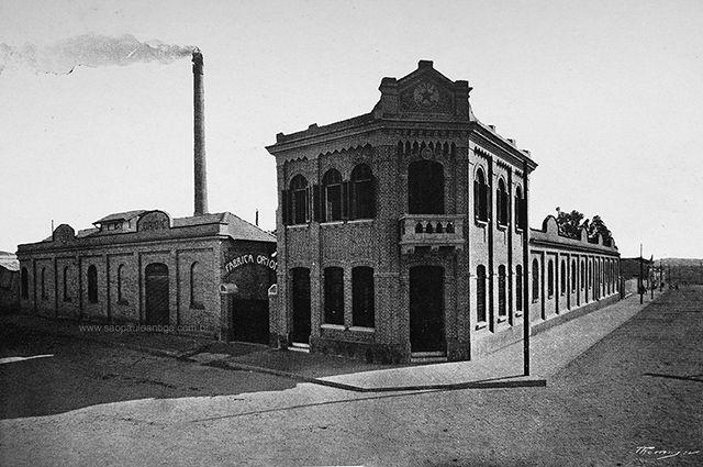 A fábrica Orion S/A , na rua Joaquim Carlos, Belenzinho, em 1917. Fundada em 1898 a Orion S/A foi uma fábrica pioneira em São Paulo na produção de pentes e botões feitos a partir dos chifres de boi e posteriormente tornou-se a mais moderna fábrica de artefatos de borracha e ebonite da América Latina.