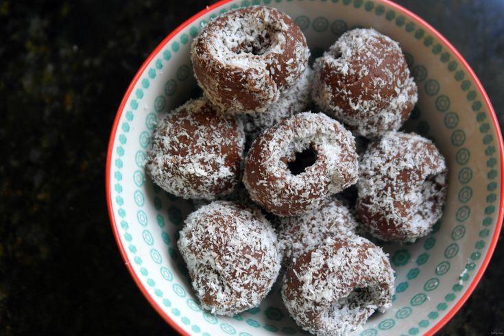 Πανεύκολα και πολύ υγιεινά σοκολατάκια χωρίς ζάχαρη, με ταχίνι, σοκολάτα υγείας, ξύσμα πορτοκαλιού και λίγο ρούμι για να γίνουν ακόμα πιο διασκεδαστικά.