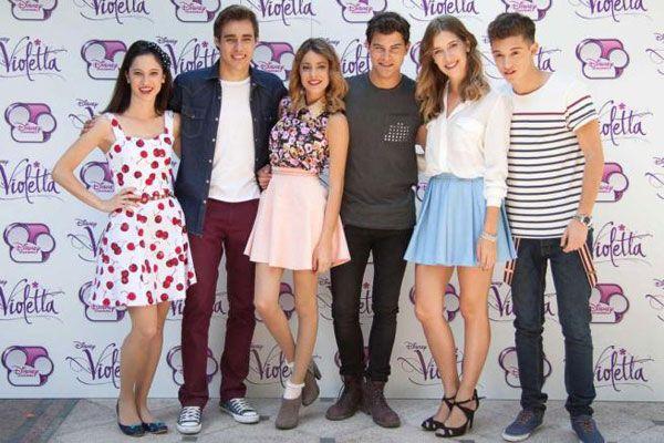 """Le star di """"Violetta"""" sbarcano in Italia per un concerto da gennaio 2014, Martina Stoessel e il cast della serie toccherà otto città italiane."""