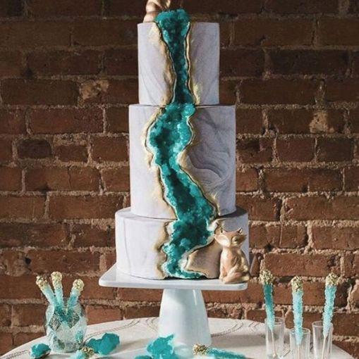 Las geodas son parte de la nueva tendencia en pasteles de boda. Instagram se está llenando cada vez más de hermosos pasteles que parecen rocas reales, llenos de brillo y color.