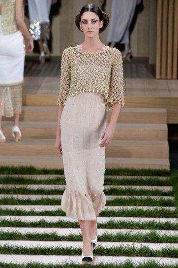 Crop top rete Chanel - Maglia a rete e gonna beige dritta della collezione Chanel haute couture primavera/estate 2016