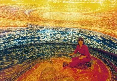 """Carina Aprile, """"LA CASA TOMADA""""- omaggio a Julio Cortázar. Progetto realizzato in Italia nel 2001. """"...L'idea è quella di entrare nel quadro.....chiudersi dentro al cerchio e non più fuori dal dipinto..."""" © Carina Aprile. Nella foto: Carina Aprile dentro la sua opera."""