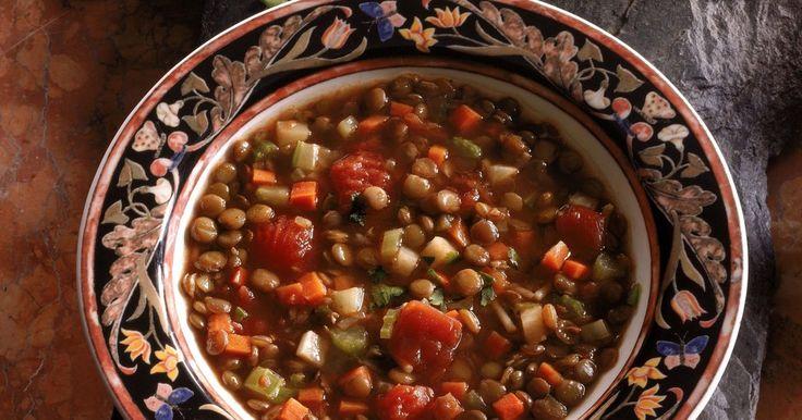 Cómo hacer una sopa de lentejas saludable. La sopa de lentejas es una saludable y llenadora sopa, adecuada para el clima frío o cuando se quiera una comida casera. Se hace con una receta básica que es fácil de modificar según tus preferencias y gustos. La mayoría de las carnes que pueden agregar sabor a la sopa son especialmente las salchichas y el jamón. Para los vegetarianos, la sopa de ...
