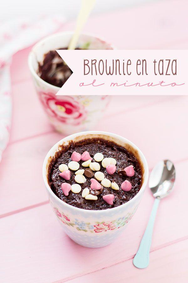 El brownie en taza al minuto es perfecto cuando tienes un antojo de brownie y lo quieres YA! Y para que los peques preparen solitos su propia merienda.