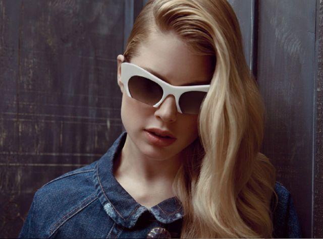 Miuccia Prada este cea care a ales în mod specific pentru această campanie, fotomodele de talie internațională precum Bette Franke, Martha Hunt și Doutzen Kroes, pentru a transpune o nouă poveste filosofică a ochelarilor în stilul anilor '60, capturată de către fotografii Inez Van Lansweerde și Vinoodh Matadin.
