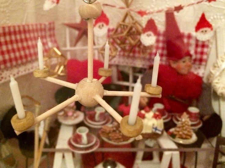 Jouluhuoneessa katosta roikkuva kynttelikkö 🎅🏻