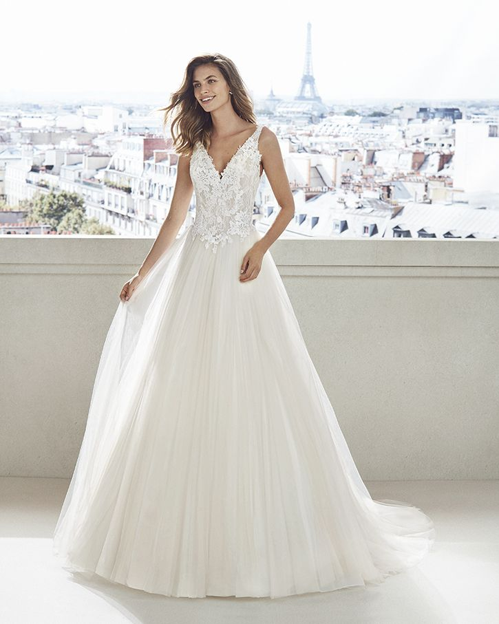 Lace and tulle princess-style wedding dress. V-neckline and embroidered  lace bodice a8482138cde4
