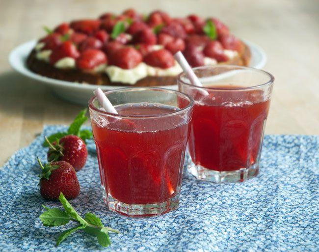 jordbærsaft med vanilje som giver den fantastiske smag til den sommersøde saft - Koncentreret solskin og sommer på glas - få opskrift