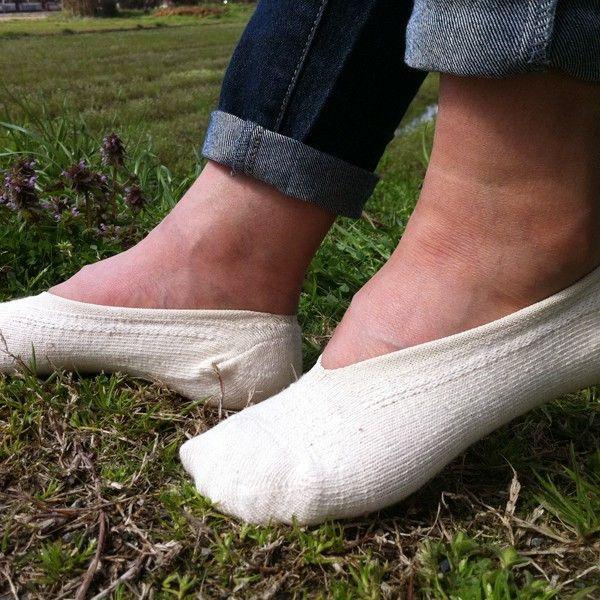 【あしごろも】 カバーソックス スニーカー(くるぶし)ソックス 靴下 手紡ぎオーガニックコットン 自然栽培綿 オーガニックソックス 短い靴下 白 1,404円●サイズ23〜24cm●素材綿84%・ナイロン8%・レーヨン7%・ポリウレタン1%●タイプ生成 白 無地●商品情報「 一番短いあしごろもの登場です。厚地だから、汗をたっぷり吸ってくれます 」すぽっと履いたり脱いだり、一番短いあしごろもが登場!あしごろもですから、一般的なパンプス用ソックスに比べれば厚地です。その点を了解いただければ、とっても重宝するくつしたかと思います。サンダルに合わせれば足の裏の疲れを軽くしてくれますよ!「平気でしょ〜」と思っていても意外と足元は冷えやすいですので、これがカバンの中に入っていれば安心です。●通販サイト HOTOHOTO(ほとほと)【あしごろも】カバーソックス スニーカー(くるぶし)ソックス 靴下はホトホトへ!冷え性改善・対策商品、腹巻、靴下、ルームウェア、マタニティグッズ、レディース・メンズ向けの暖か商品はホトホト!