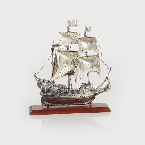 Corabie din argint, machetă a unui galion spaniol A doua jumătate a sec. XX, Atelier European argint 925 turnat; lemn, 12,5 x 15 cm, 246 g Valoare estimativă: € 300 - 500
