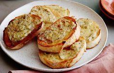 Υλικά 1 σκόρδο 1 κουταλιά της σούπας ελαιόλαδο μισό φλιτζάνι τριμμένο τυρί της αρεσκείας σας 1 κουταλιά της σούπας ξύδι μπαλσάμικο ...