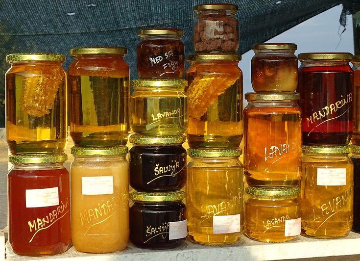 Puțini știu cum să se ferească să cumpere miere care nu e tocmai pură. În cele ce urmează găsești câteva teste cu ajutorul cărora afli dacă este de calitate! Verifică bine eticheta Primul lucru pe care trebuie să-l faci este să verifici eticheta produsului înainte de a-l achizițion...
