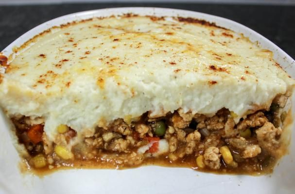 Mashed Cauliflower Sheppard's Pie | Guilt-free sheppard's pie with savory, spiced meat & veggies topped with creamy mashed cauliflower. @bitesofflavor