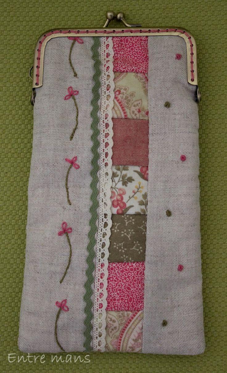 Conjunto romántico de neceser y práctica funda de gafas, realizado con telas de patchwork en tonos rosas y verdes, y bordados de flores con ...